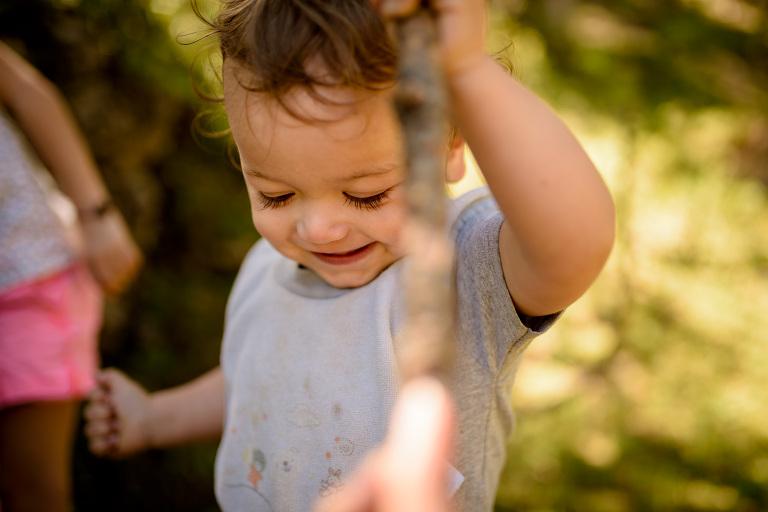 bébé rieur et aventurier