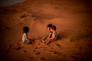 3 enfants dans le désert omanais