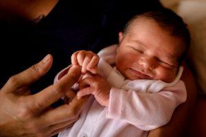 dans les bras de maman à la maternité