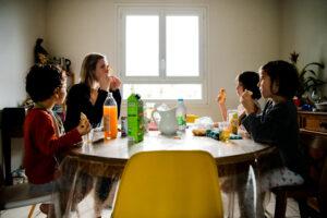 05-Confinés à 4 - le petit déjeuner / confinée seule