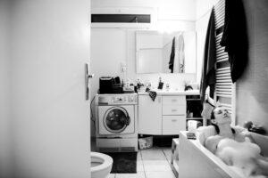 14 - confinée seule - dans la salle de bain
